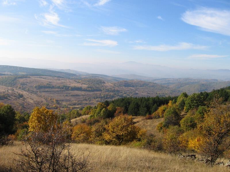 Поглед към западна част на областта Бурел, продължаваща и в Сърбия (в дъното)