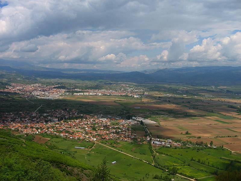 Изглед на града и едноименната котловина (на преден план с. Мусомища)