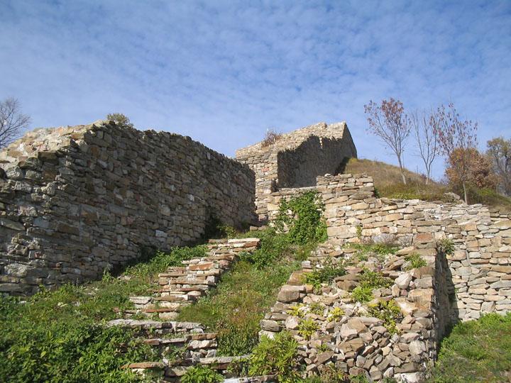 Цитаделата, изглед на източната крепостна стена с източната порта
