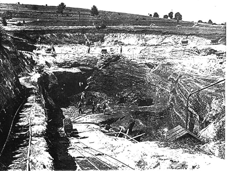 """Ръчен добив на лиглитни въглища в мина """"Бели брег"""", по открития способ, въведен за първи път тук"""