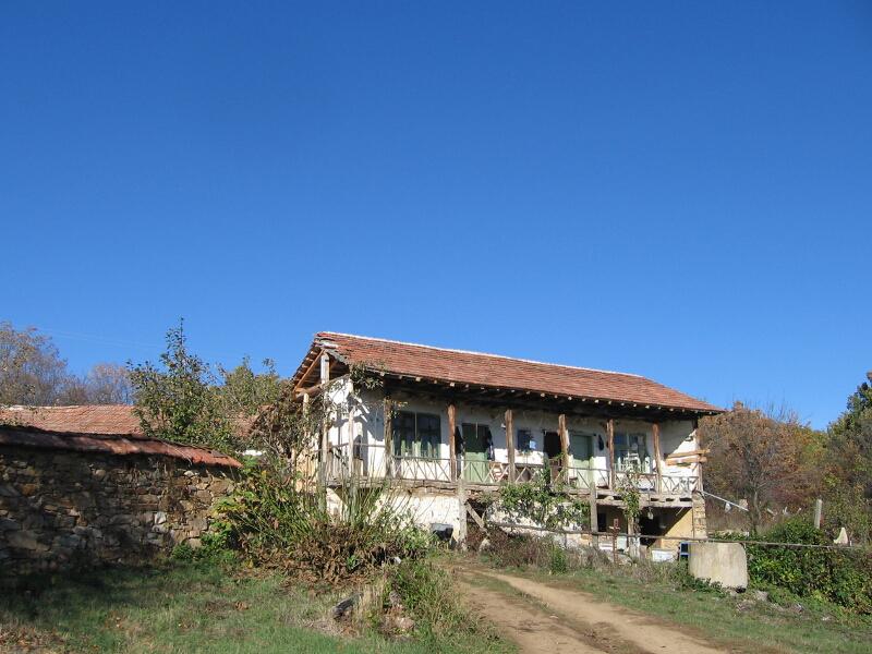 Отдалечена фермерска къща край махалата Свети Никола