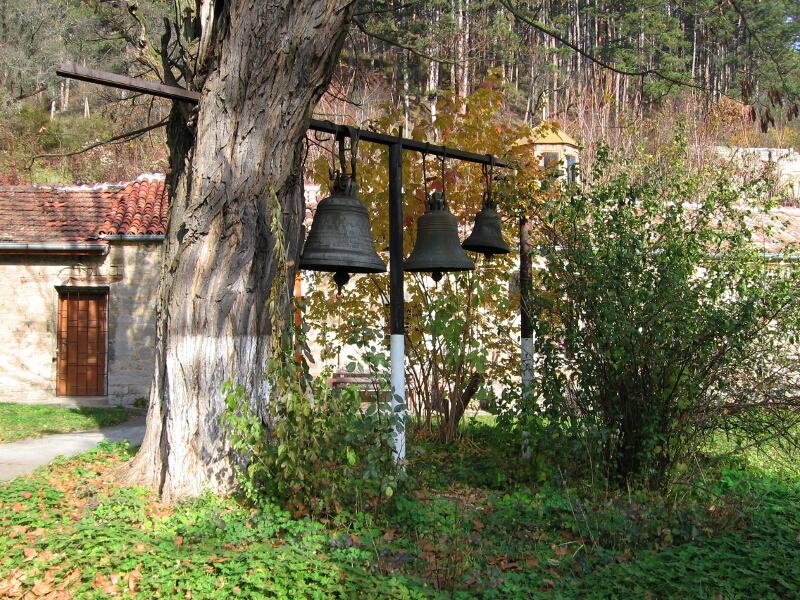 Камбани в черковния двор на Искрец
