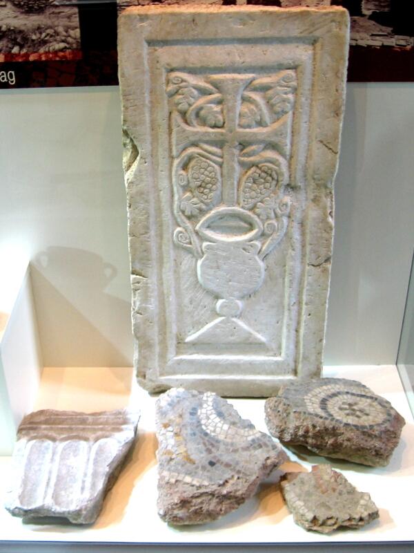 Фрагменти от олтарна преграда и подова мозайка на раннохристиянска базилика в Никополис ад Нестум