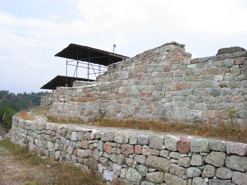 Крепостната стена, ограждаща хълма