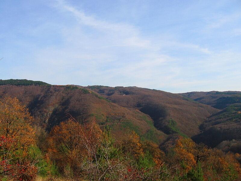 Поглед към най-отдалечената свидненска махала - Усрана плоча (в средата)