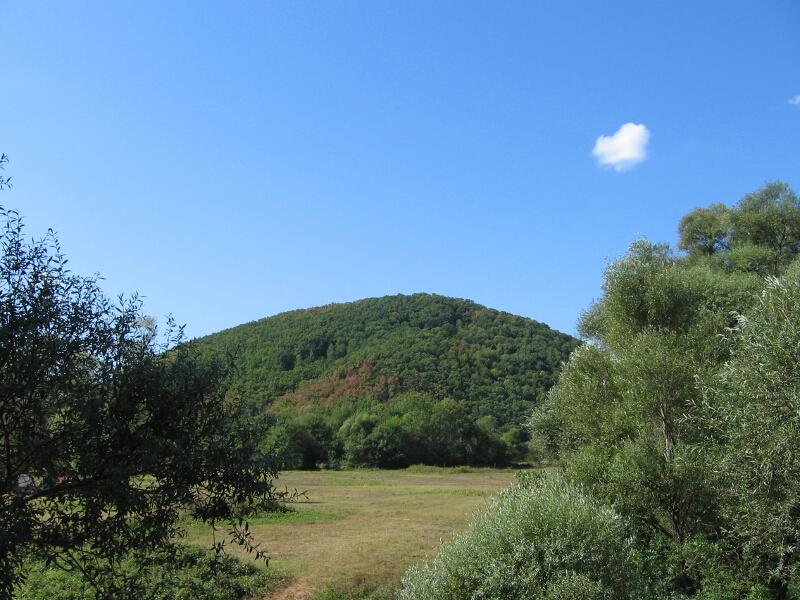 """Поглед към възвишението Пафтич, където се намират руините на тракийската крепост """"Калето"""""""