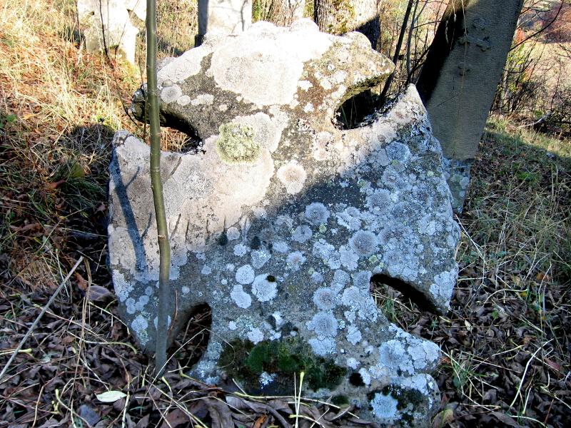 Надгробен кръст в двора на селската черква