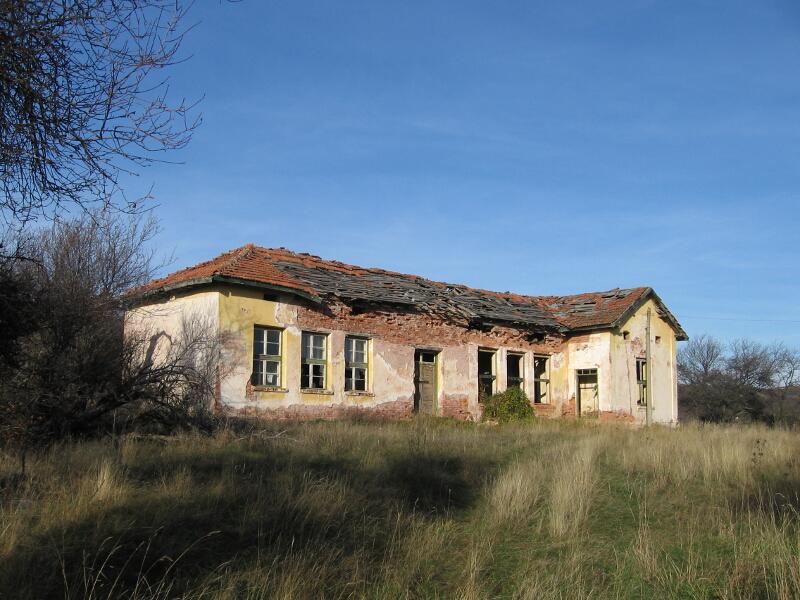 """Рушащата се сграда на училището във Войнишка махала, превърната впоследствие в хижа - """"Родни балкани"""", а след това и в свърталище на ловджии"""