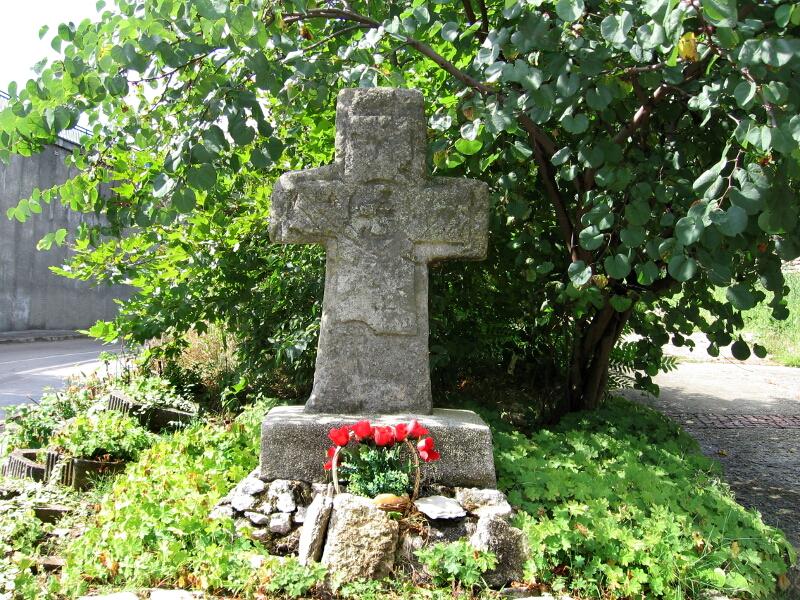 Старинен каменен кръст