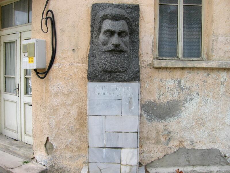 Паметник на тракийския войвода Яни Попов, роден в лозенградското село Карахадър (днес в Турция) и починал в Ивайловград