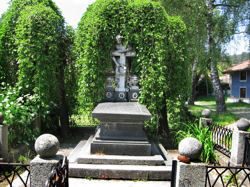 """Семейната гробница на Палавееви в двора на черквата """"Успение Богородично"""""""
