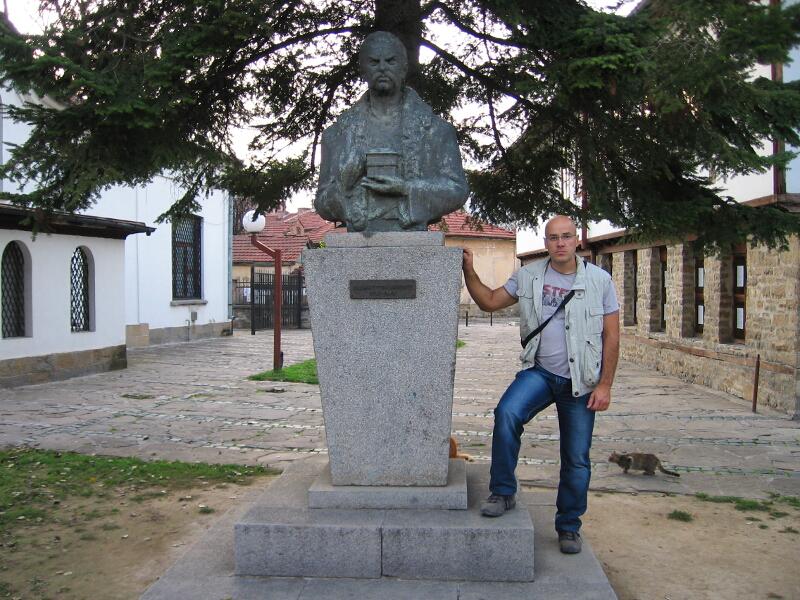 """Авторът на сайта """"Свети места"""" до паметника на своя предтеча хаджи Стоян Николов"""