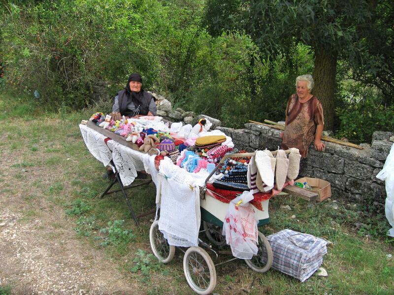 Стари жени, продаващи изплетени от тях неща на пътя за Калиакра