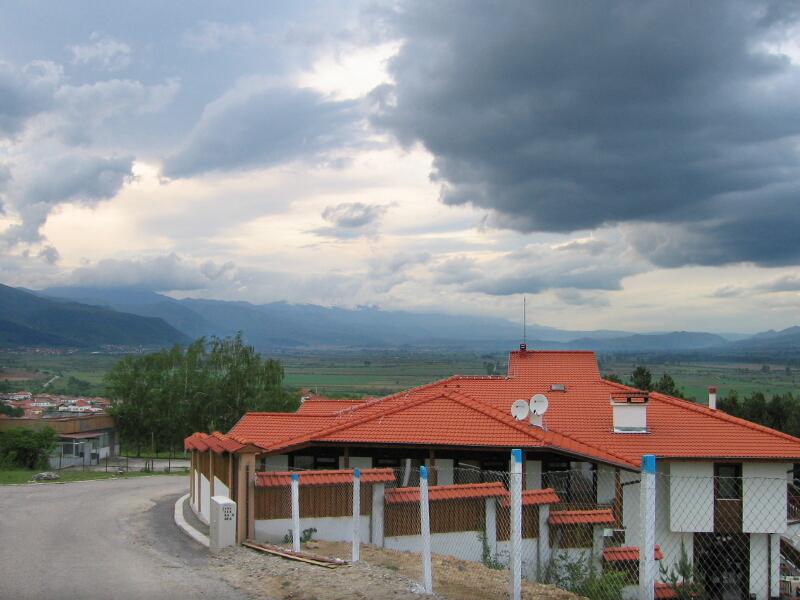 Част от града с изглед на Гоцеделчевската котловина (в дъното)