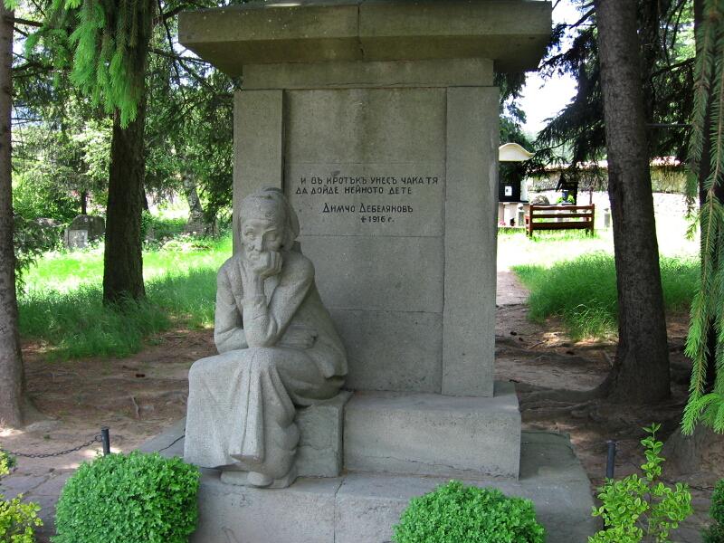 """Гробът на поета в двора на черквата """"Успение Богородично"""""""