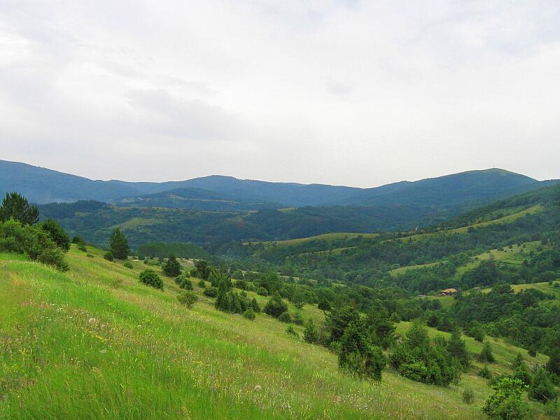 Изглед от южната част на селското землище с долината на Ветренска река