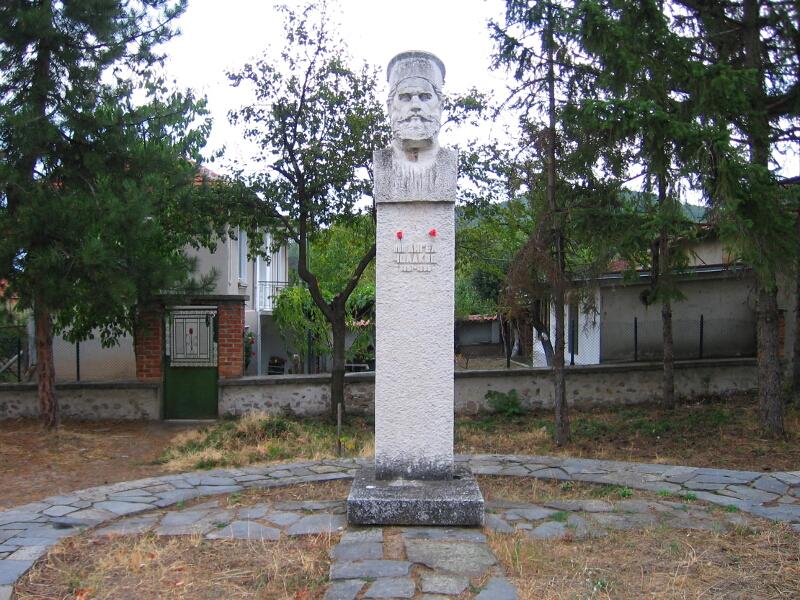 Паметникът на поп Ангел Чолаков в центъра на Новаково