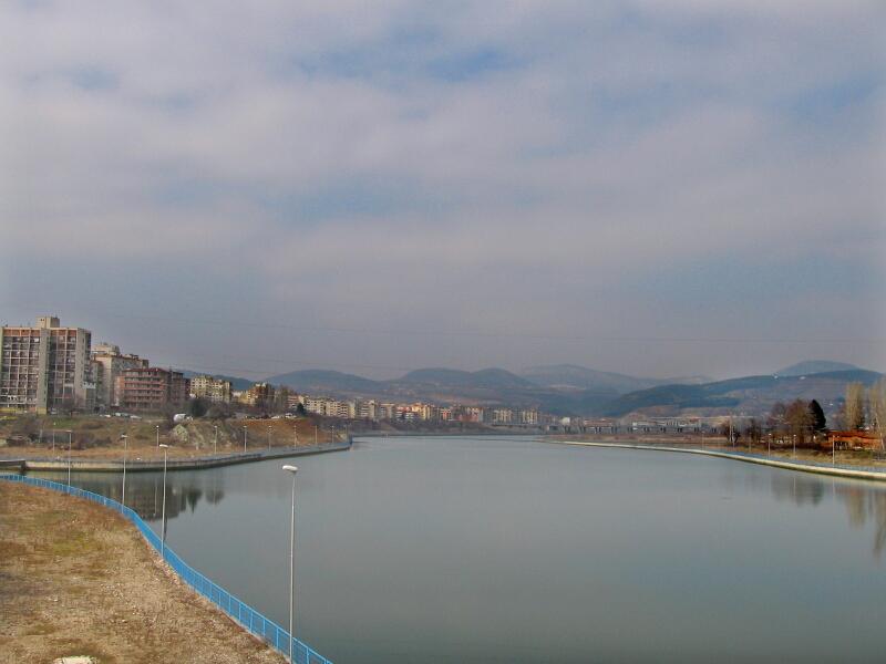 Изглед на Кърджали с канала на р. Арда