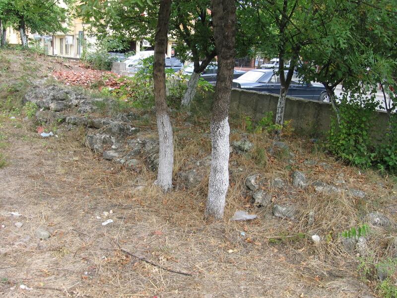 Оцеляла част от крепостната стена на средновековната крепост в Крумовград