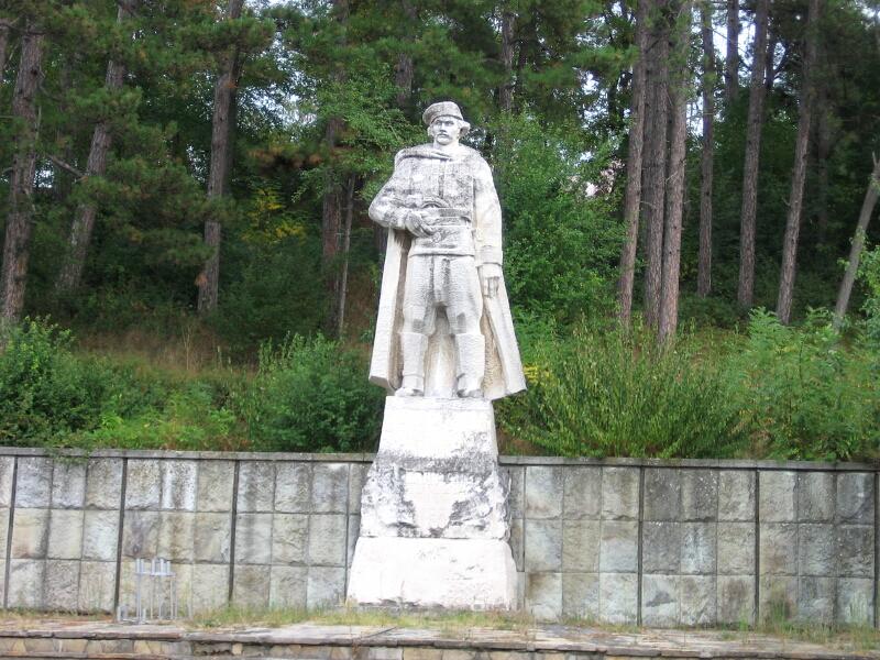 Паметникът на легендарния тракийски войвода Капитан Петко войвода, намиращ се на главния път, пресичащ Крумовград