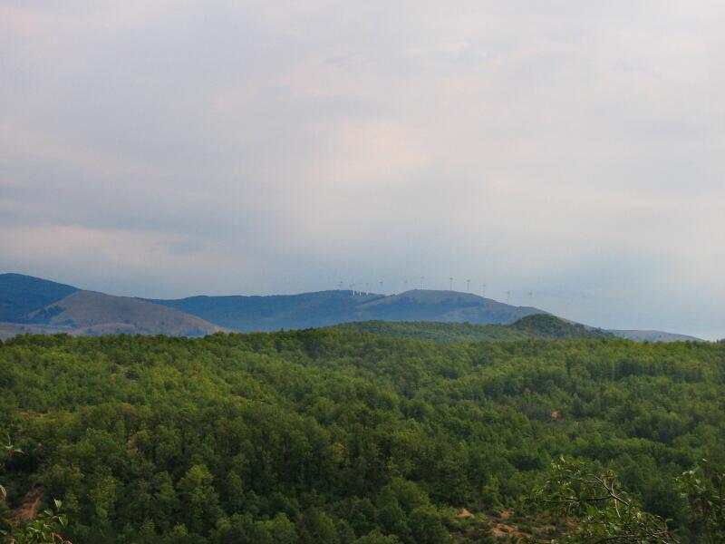 Поглед на югоизток към рида Мъгленик (ветрогенараторите са на самата граница)