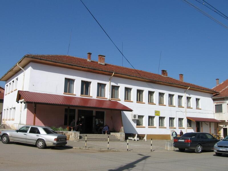 """Сградата на читалище """"Просвета"""" в центъра на селото"""