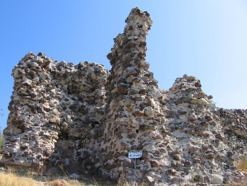 """Крепостта """"Моняк"""" (Мнеакос) край Кърджали, превзета от латините по време на Четвъртия кръстоносен поход, където те узнават за смъртта на император Бодуен Фландърски и избират Хенрих за император на Латинската империя."""