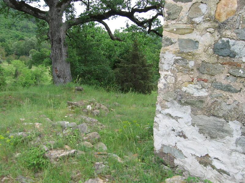 Мястото на светилището, разкрито сред древни градежи, между средновековна църква и вековен дъб