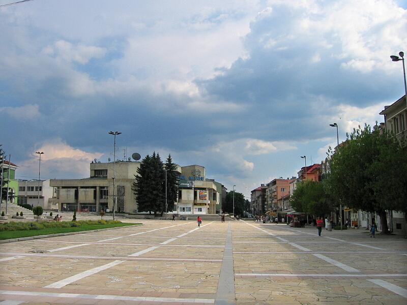 """Центърът на града с главната търговска улица и площад """"20-ти април"""""""