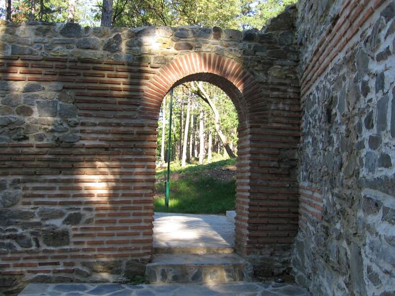 Потерна - вход за пешеходци при една от кулите