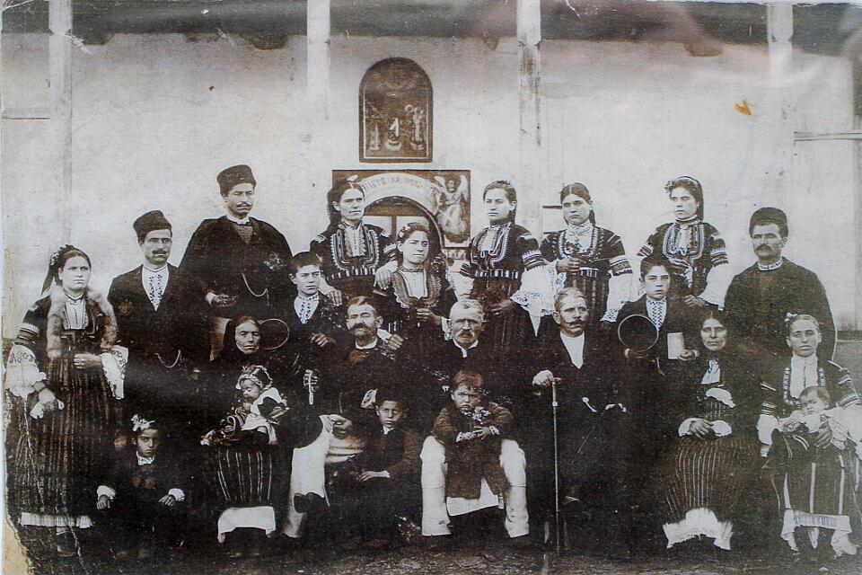 """Видни горнодикански семейства, снимани пред селската черква """"Покров Богородичен"""", началото на XX в."""