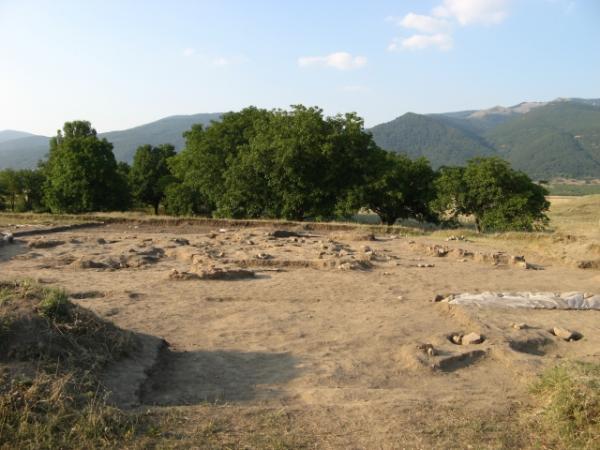 Праисторическата селищна могила