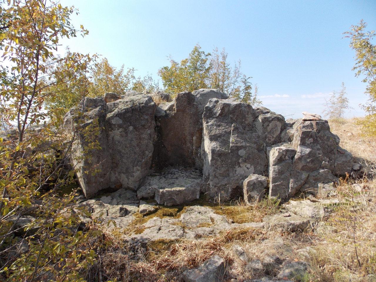 Изсичания в скалата, оформящи съоръжение вероятно използвано за култови нужди