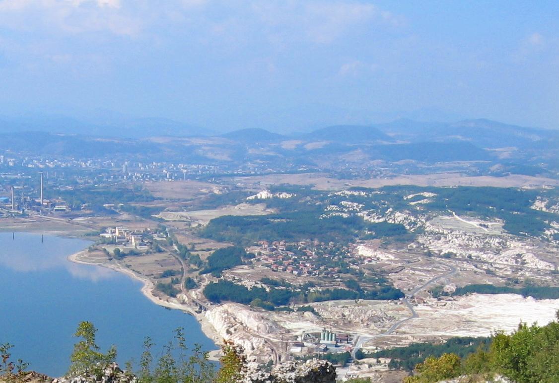 Индустриалната зона на гр. Кърджали - разположените в близост до суровината (белите хълмове) заводи за производство на бентонит и перлит (на преден план и Оловно-цинковият комбинат (в ляво)