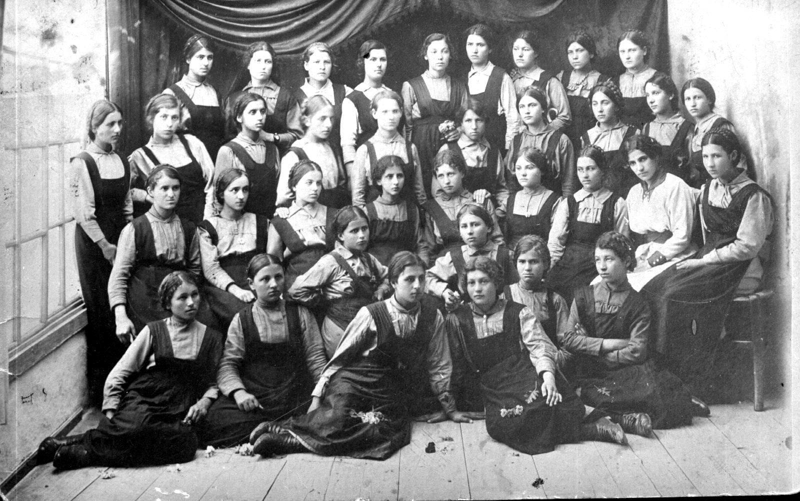 Осми девически клас в Педагогическото мъжко училище, през учебната 1917-1918 г.