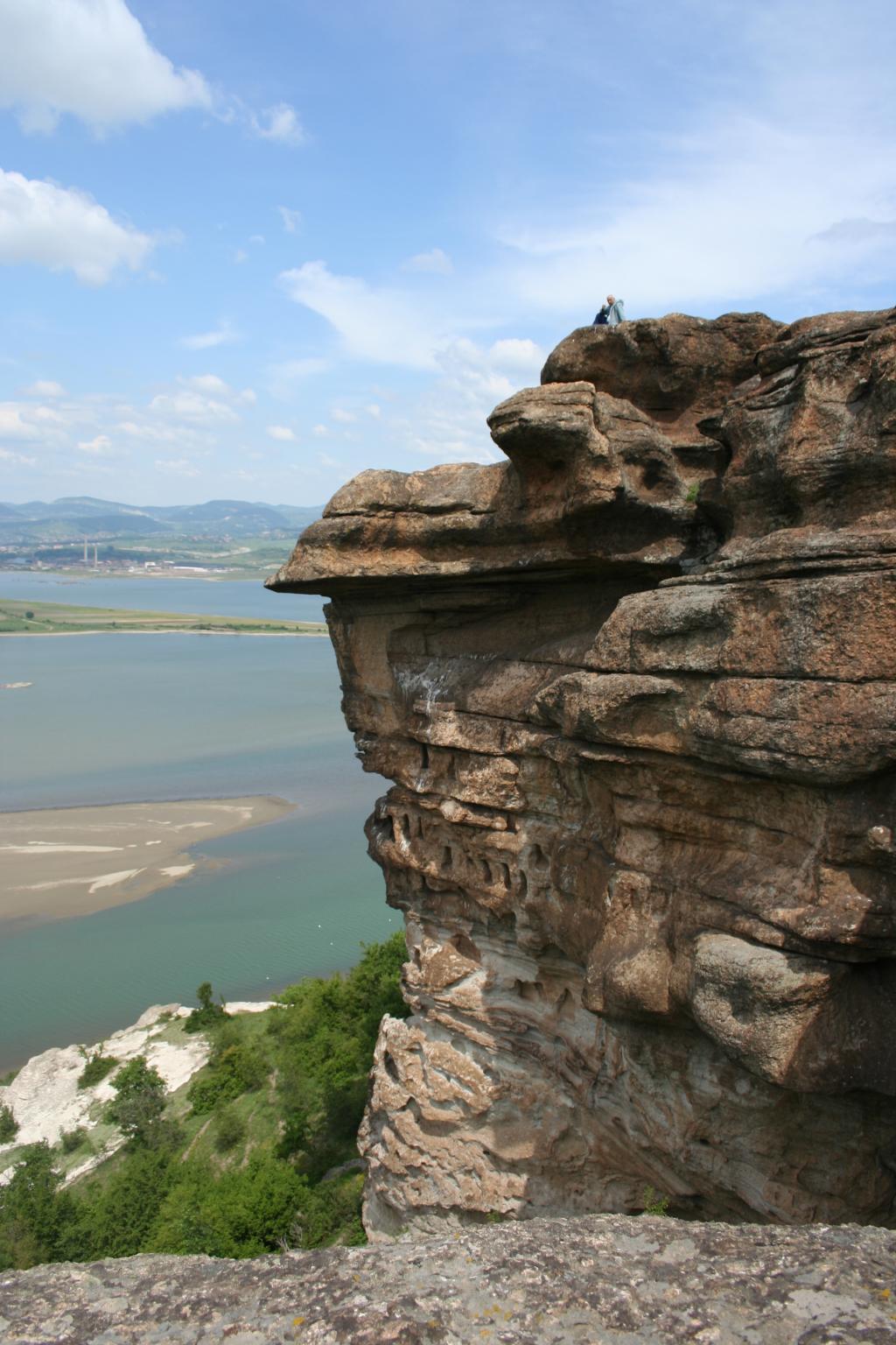 Скални ниши изсечени в скален масив в близост до крепостта