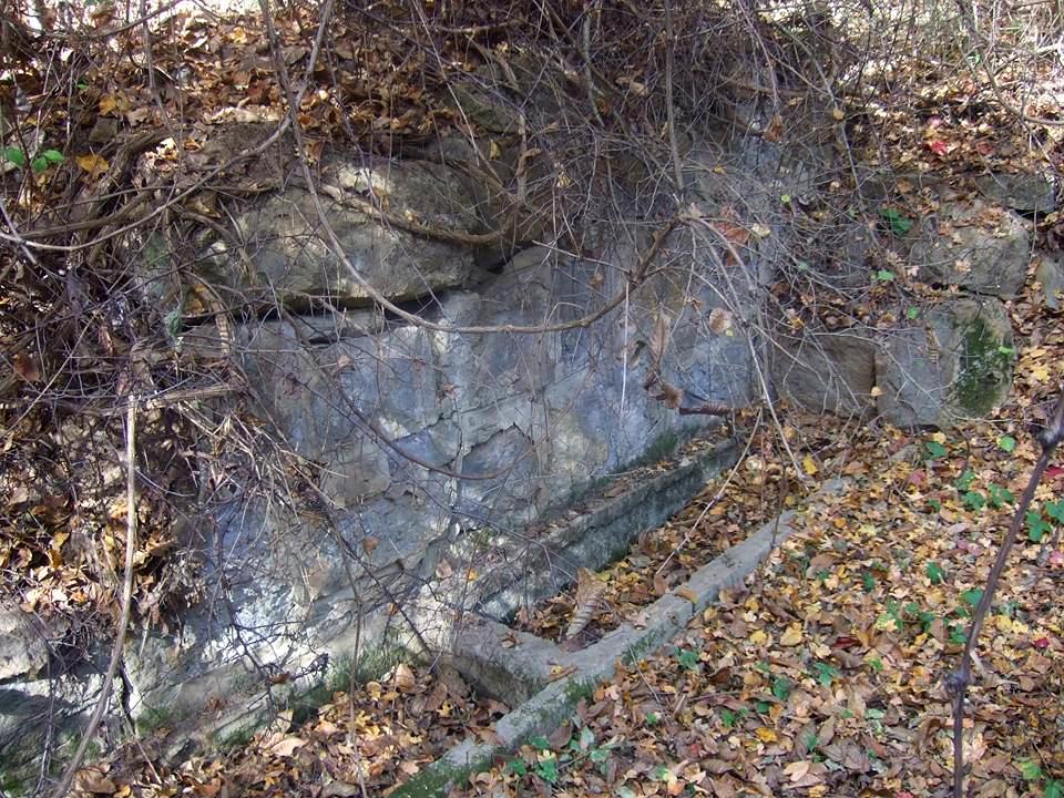 """Пресъхнала чешма в м. """"Петки бунар"""", която е била захранвана от извора със света вода"""