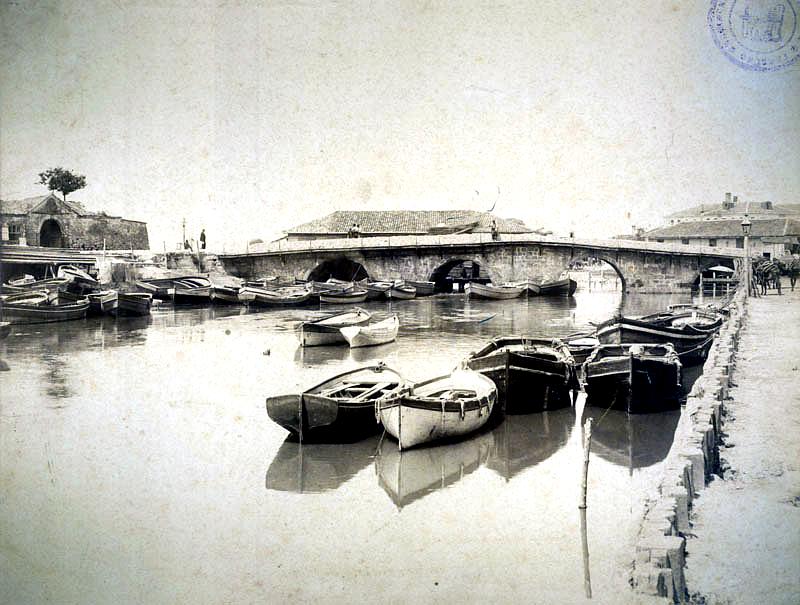 Предшественик на Аспаруховия мост - Каменният мост (Таш кюпрю) и Стамбол капусу - Цариградската порта (вляво), фотография от 1894 г.