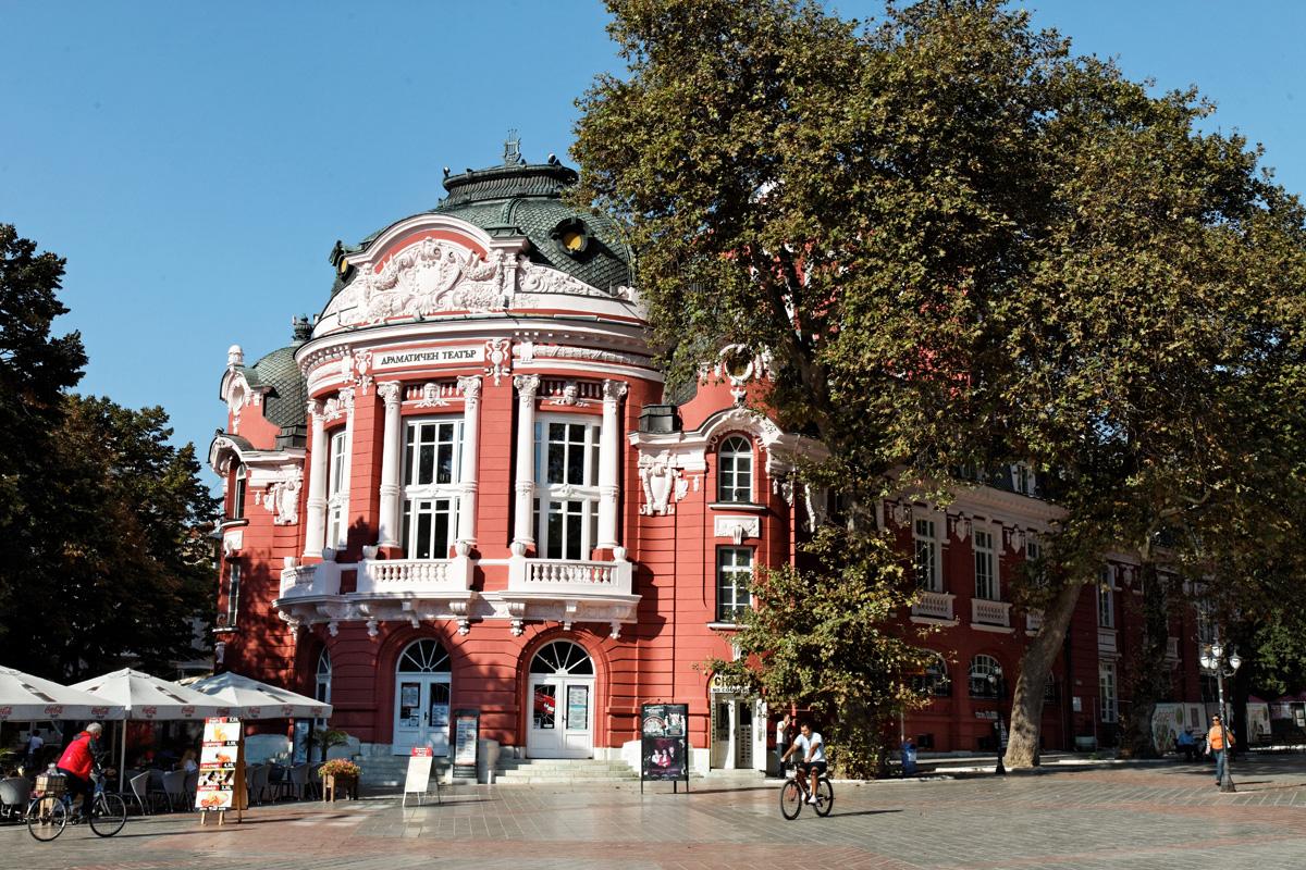 """Сградата на драматичния театър """"Стоян Бъчваров"""" и операта"""