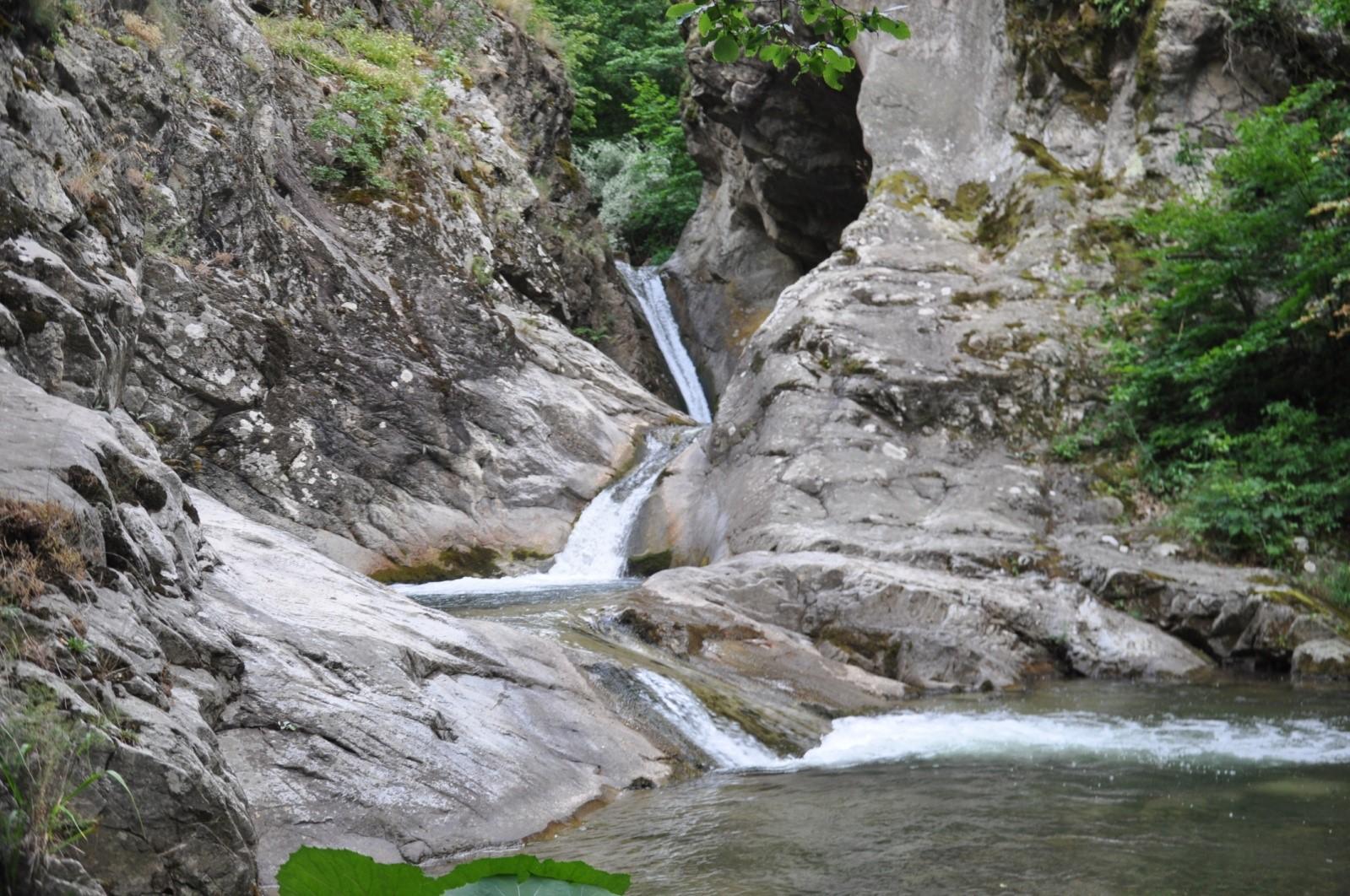 Живописните водопади на р. Твърдишка