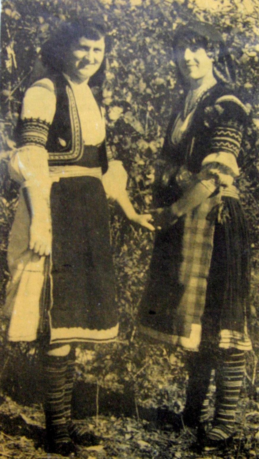 Местни девойки с народни носии, 60-те години на XX в. (снимка от фонда на Исторически музей - Крумовград)