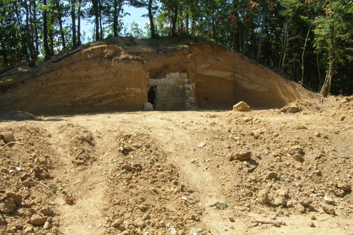"""Разкрита тракийска гробница в могила в м. """"Св. Богородица"""""""
