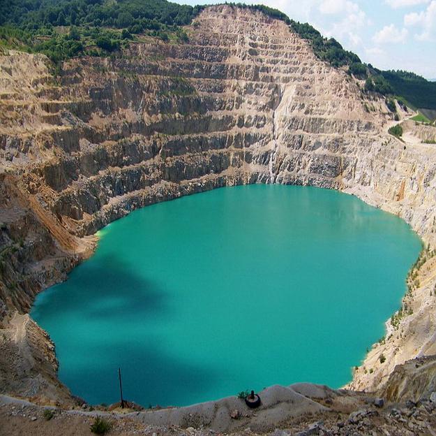 """Отдавна неработещият рудник """"Медет"""", превърнат в езеро"""