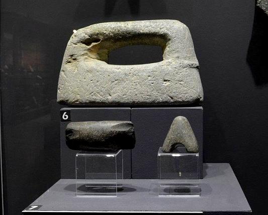 Каменни оръдия на труда от неолитната епоха (експонати в Исторически музей - Панагюрище)