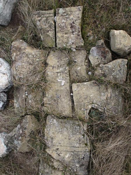 Счупен оброчен кръст на кръстопътя за Маломаловския манастир